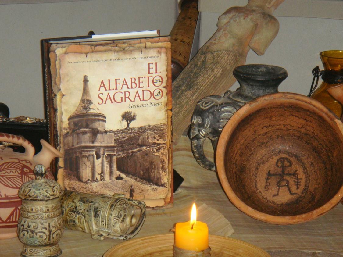 """Montaje de la novela """"Abagada, el alfabeto sagrado"""" con un cuenco mandeo y los objetos robados del museo de Bagdad"""